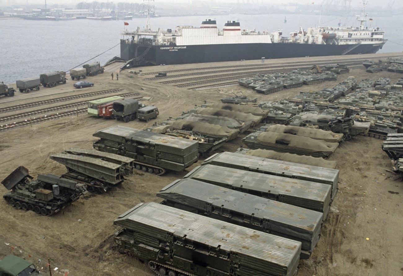 Chargement de matériel militaire dans le port de Rostock, dans le cadre du retrait des troupes soviétiques d'Allemagne.