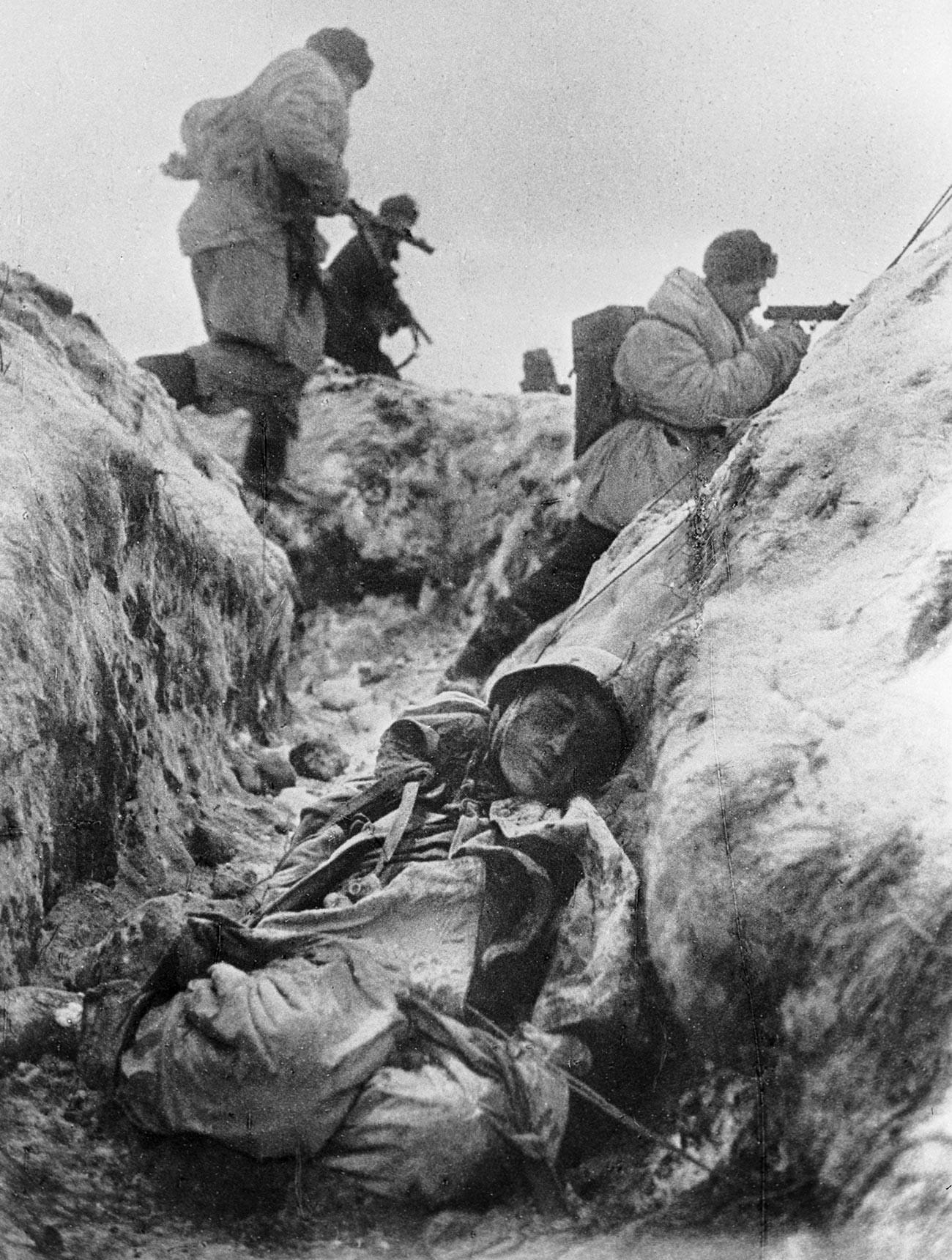 1941年11月のレニングラード包囲の際のソ連兵ら。