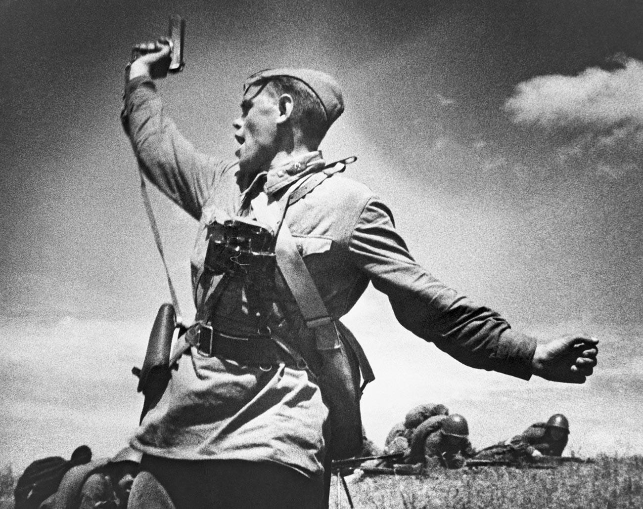 ウクライナのドイツ軍陣地に対する戦闘に兵士らを導く政治将校アレクセイ・エレメンコ。1942年7月12日。彼はこの写真が撮られた数分後に戦死した。