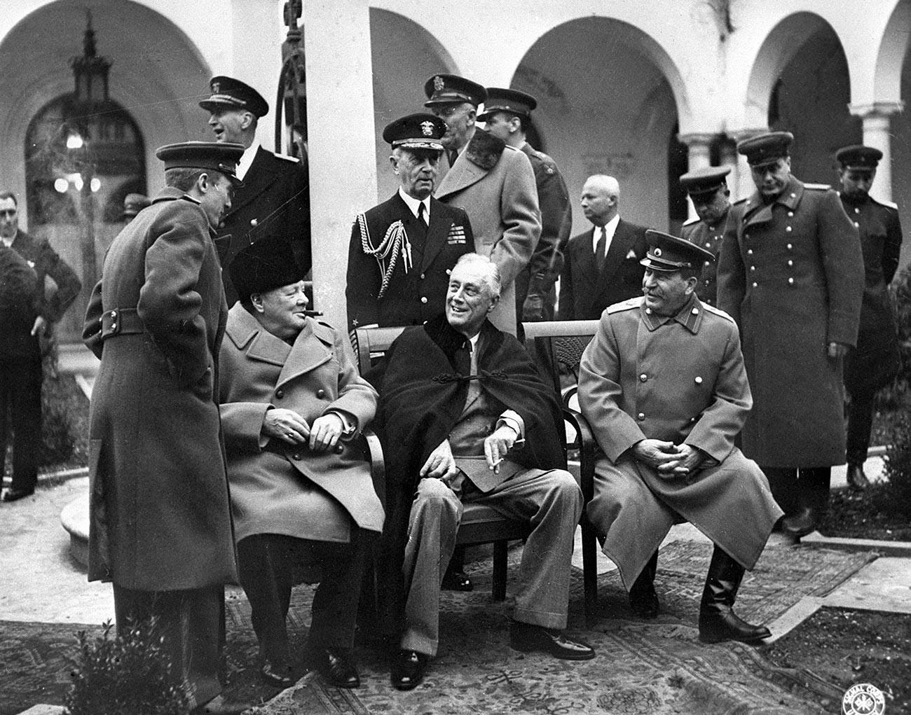 1945年2月4日から11日に行われた連合国3ヶ国によるヤルタ会談。写真中央に腰掛ける3人は、左から順に英国首相ウィンストン・チャーチル、米国大統領フランクリン・D・ローズベルト、ソ連邦元帥ヨシフ・スターリン。