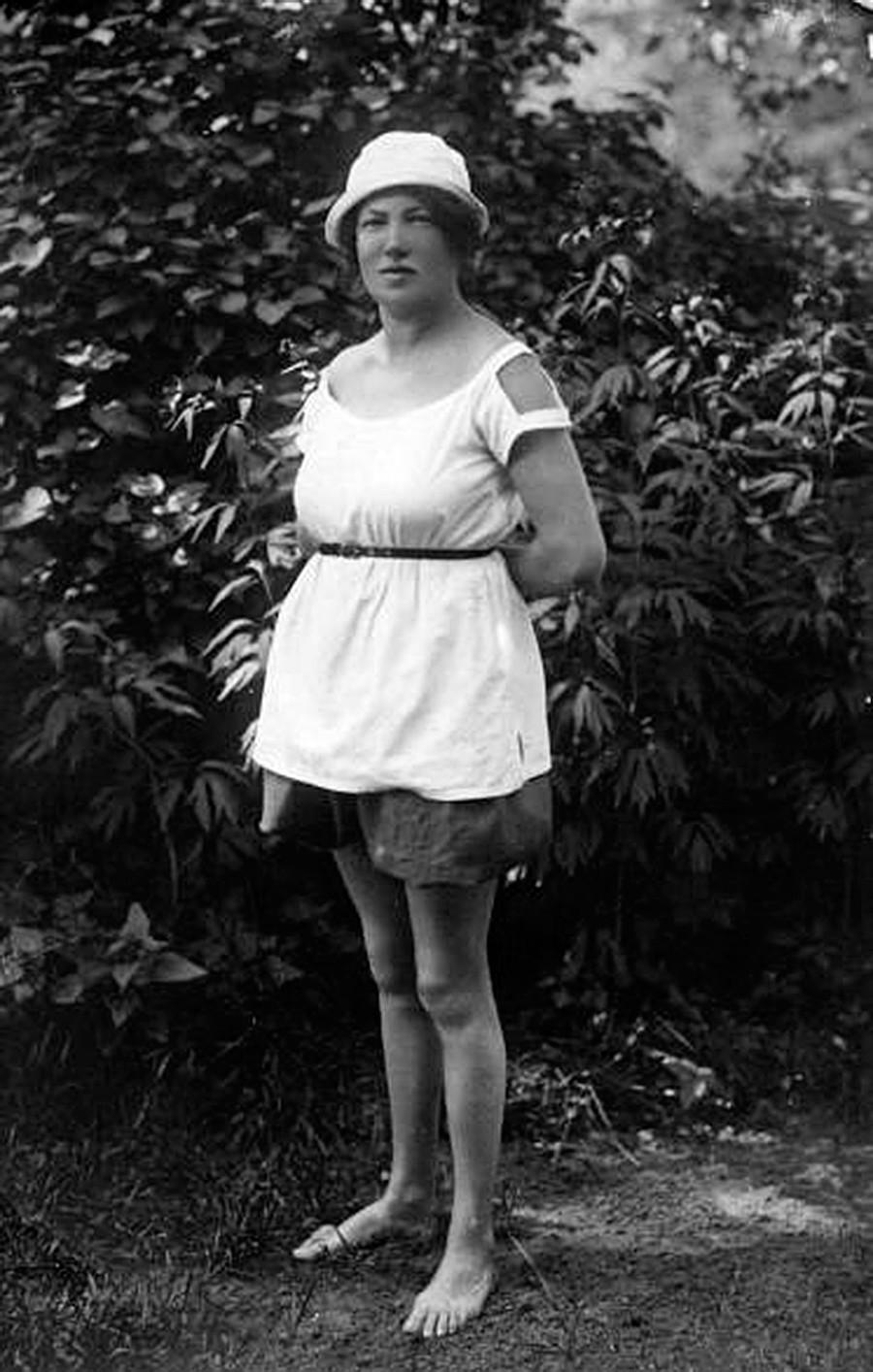 Eine Frau in kurzen Hosen