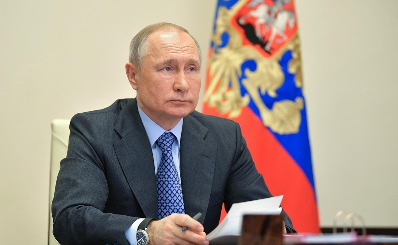 Sebelumnya, Presiden Putin telah menandatangani undang-undang yang memperpanjang validitas semua visa dan kartu migrasi hingga 15 Juni 2020.