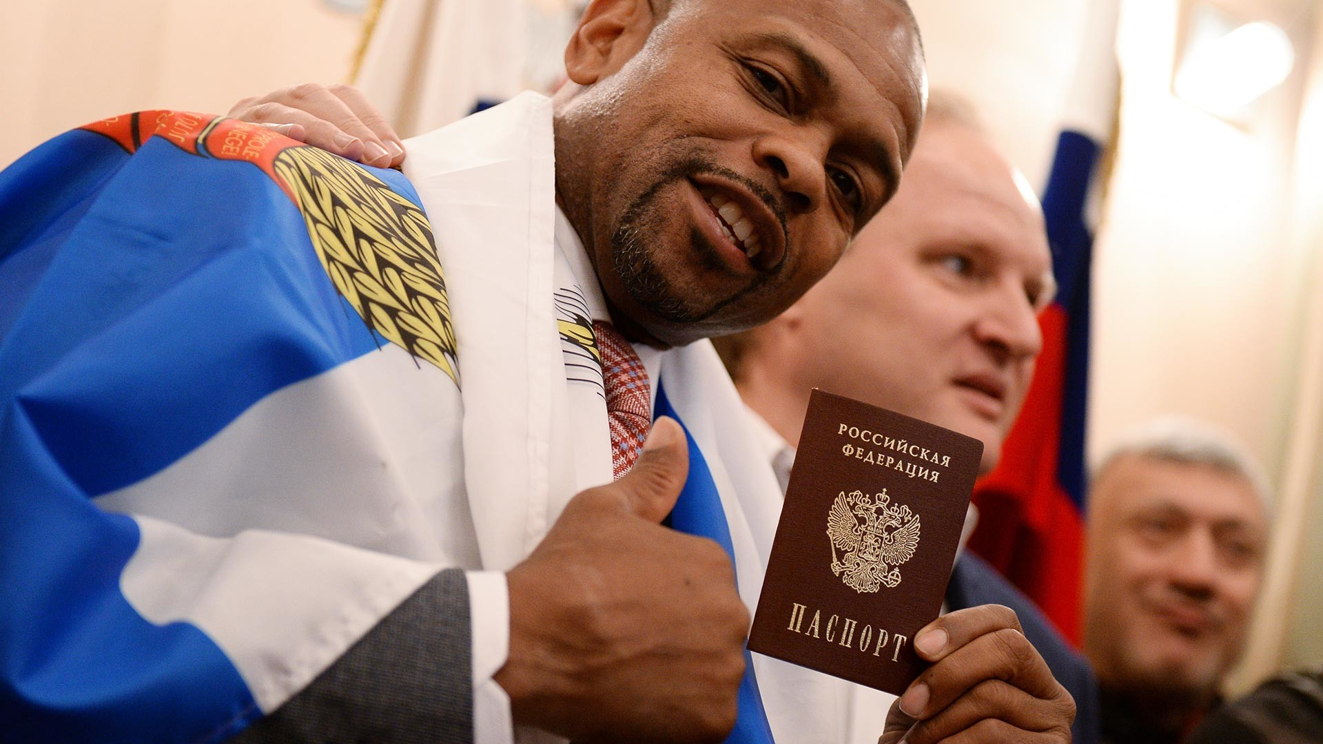 Le boxeur américain Roy Jones Jr. recevant son passeport russe