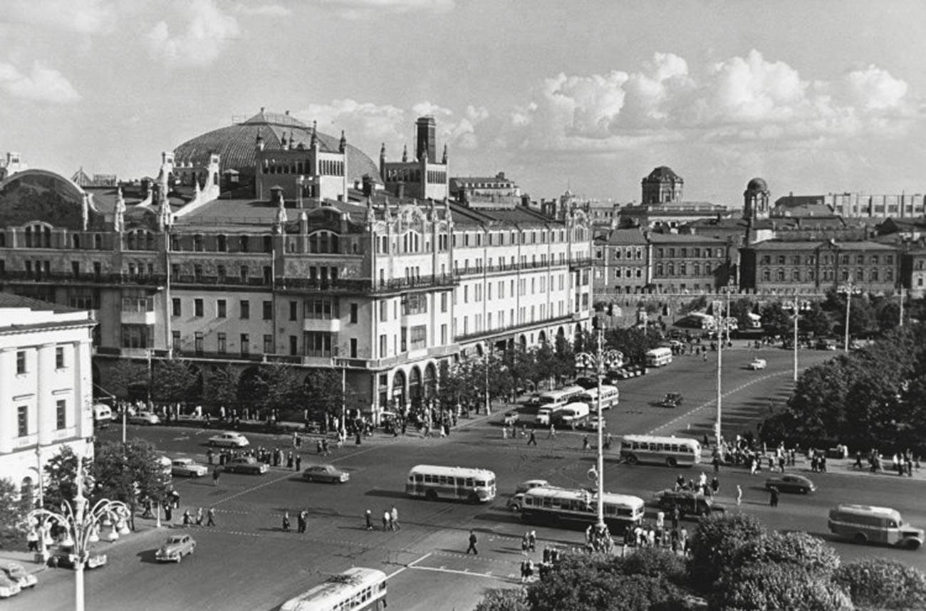 Pogled s krova Boljšog teatra SSSR-a. Hotel
