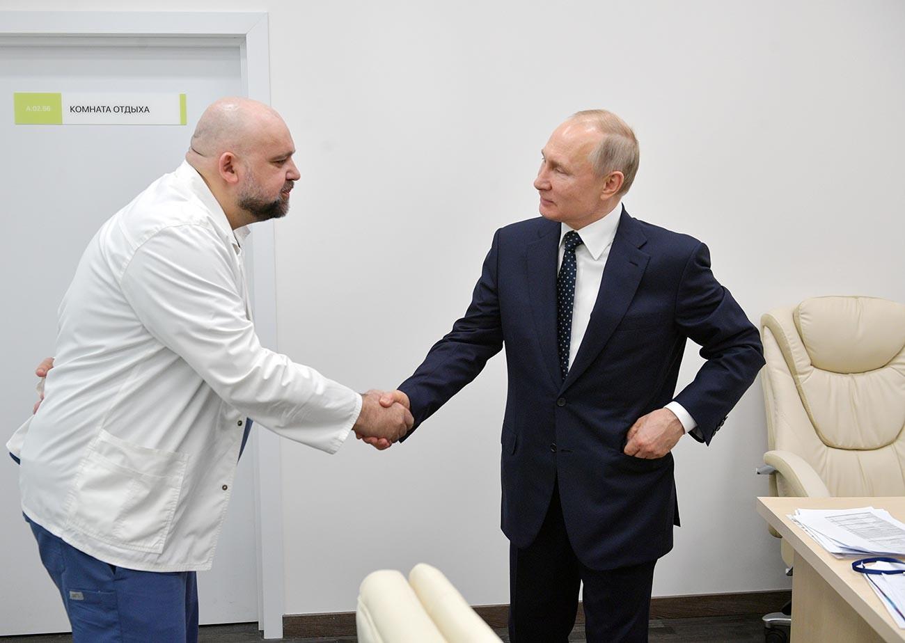 デニス・プロツェンコ院長とプーチン大統領