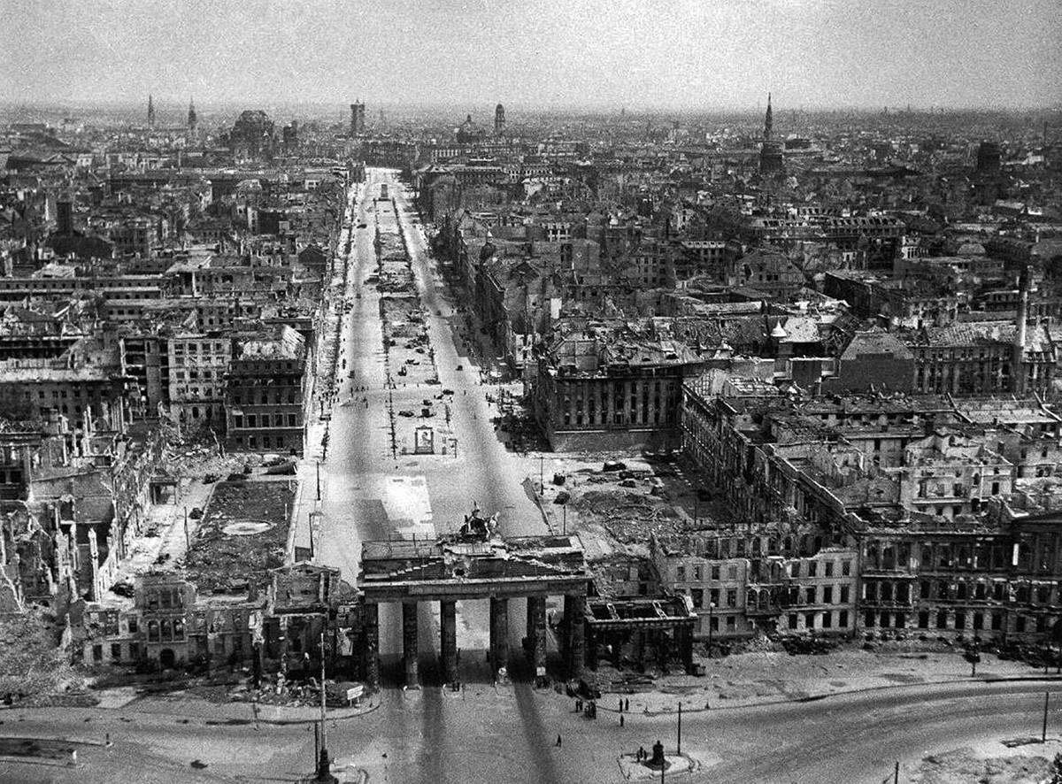 La imagen muestra la ciudad de Berlín devastada al final de la Segunda Guerra Mundial.