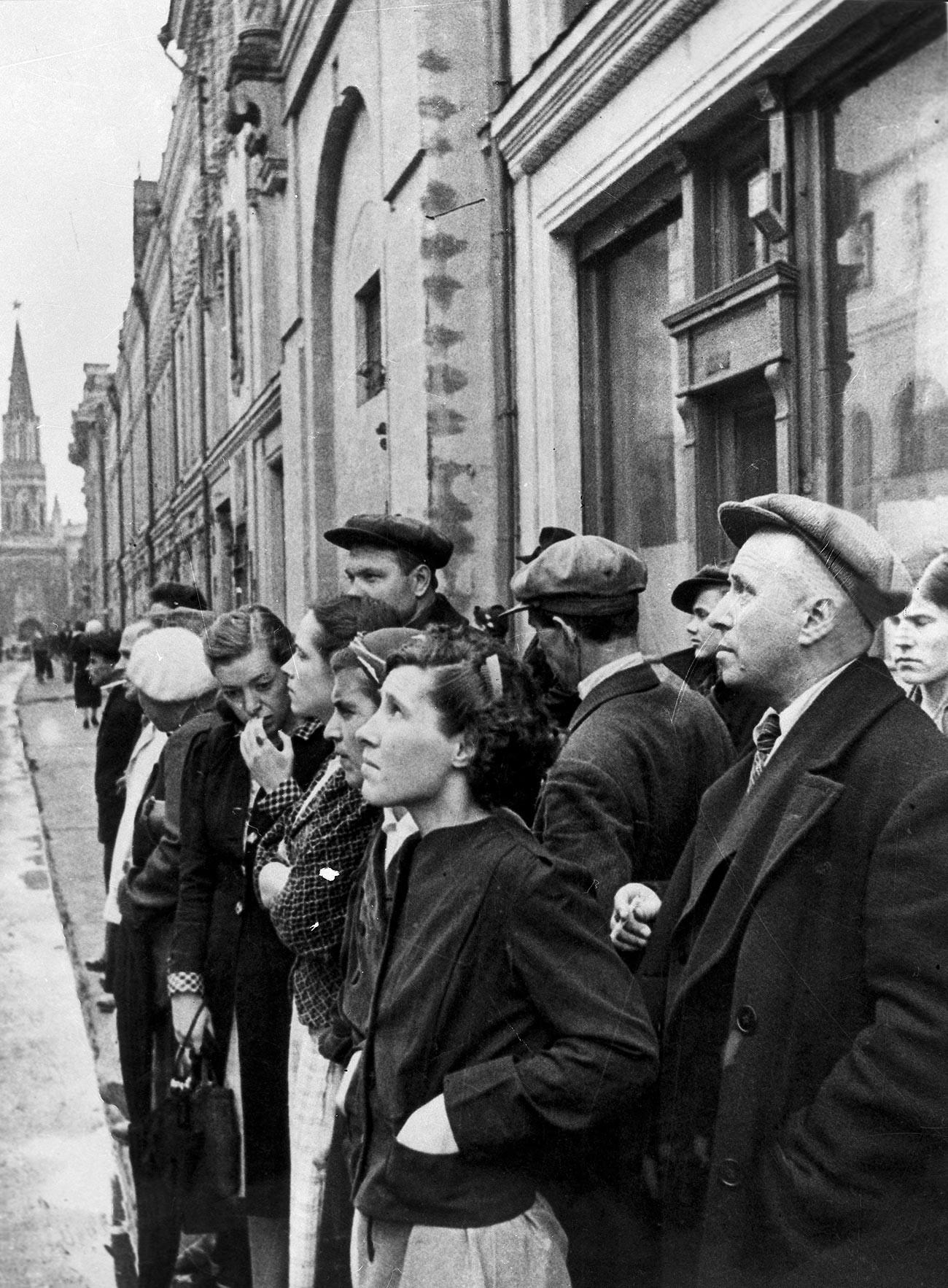 Die Bewohner Moskaus hören der Rundfunkansprache der Regierung anlässlich der Invasion durch Nazideutschland am 22. Juni 1941 zu.