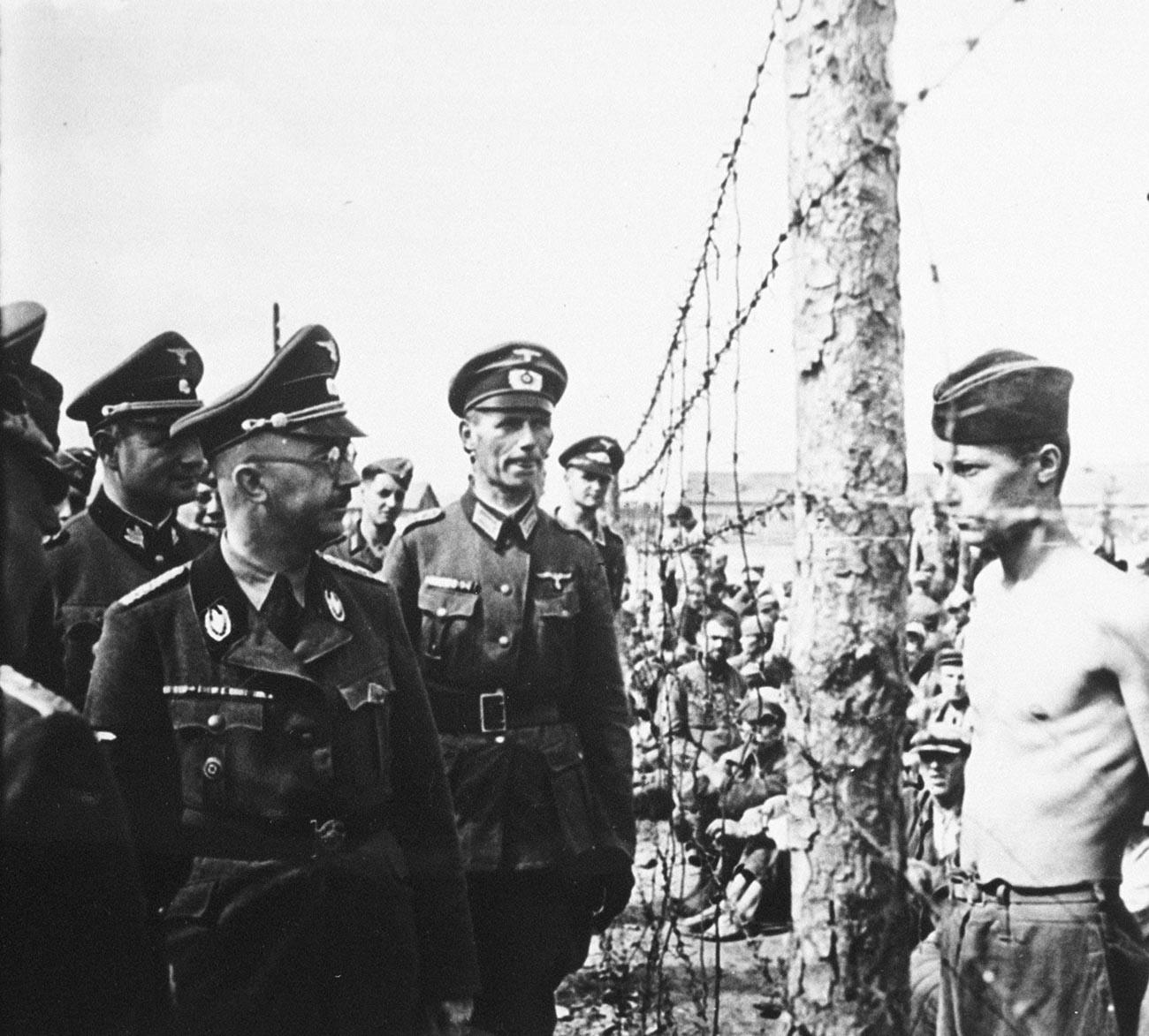 Reichsführer-SS Heinrich Himmler, Chef der Gestapo und der Waffen-SS, inspiziert ein Gefangenenlager in der Sowjetunion im August 1941.