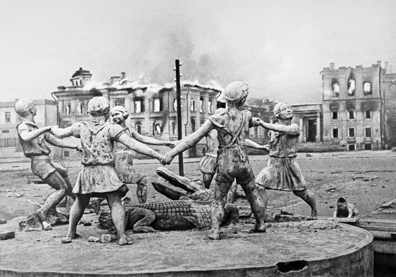 Der Barmalej-Springbrunnen auf dem Bahnhofsplatz in Stalingrad, der durch die Angriffe der deutschen Luftwaffe zerstört wurde.