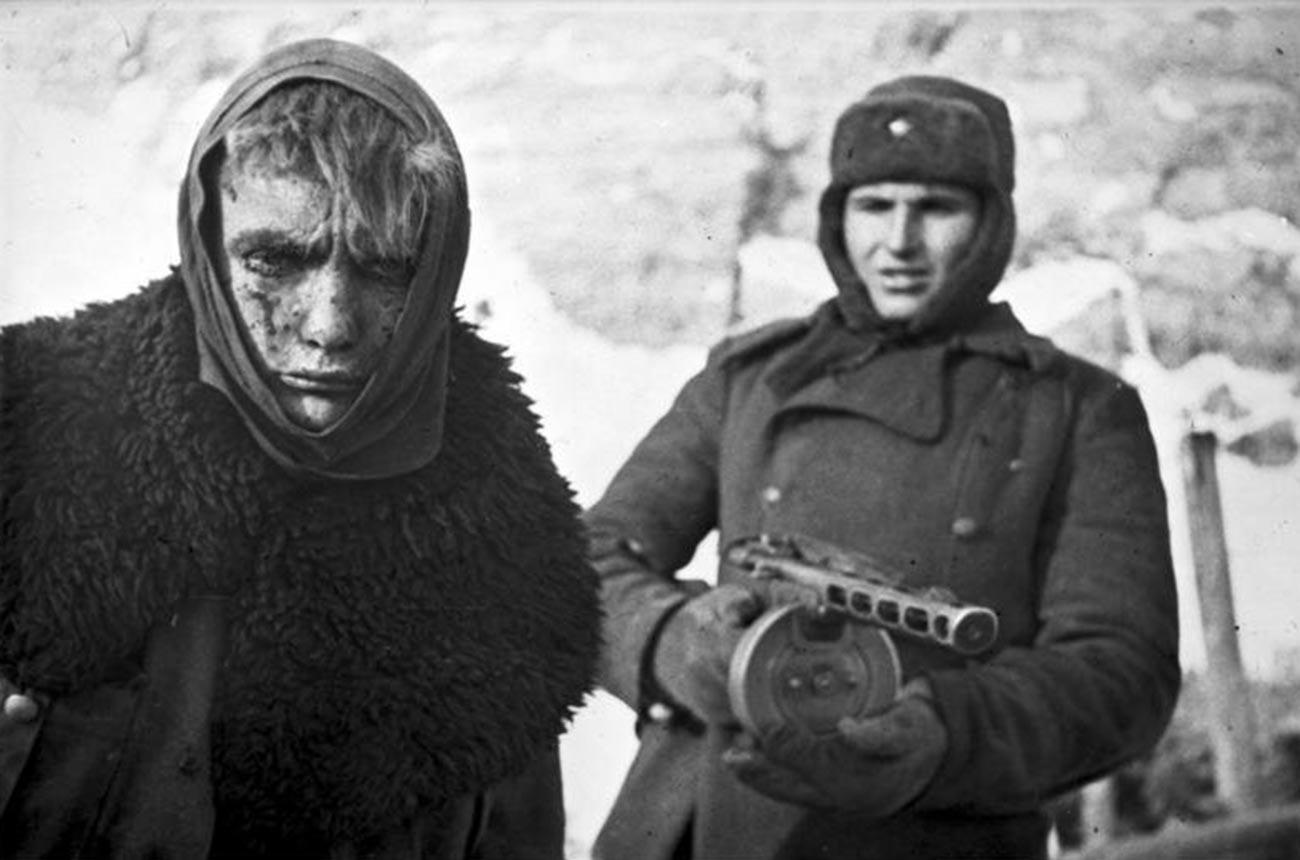 Ein sowjetischer Soldat mit einem deutschen Gefangenen, als die Schlacht um Stalingrad zu Ende war.