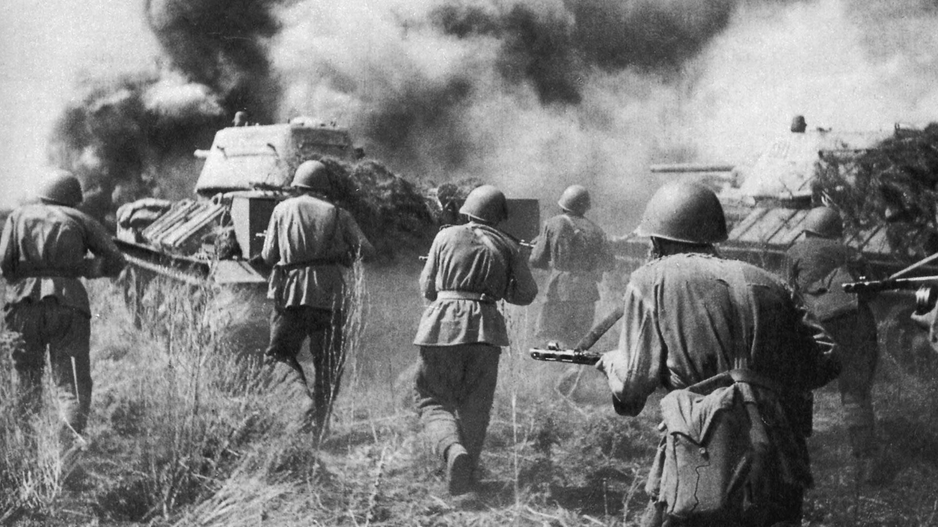 Attacke der sowjetischen Truppen bei Prochorowka während der Schlacht um Kursk im Juli 1943.