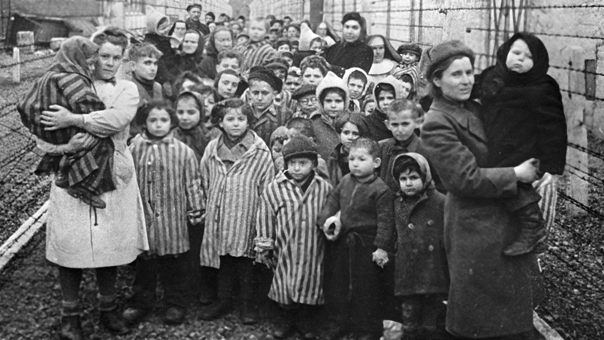 Sowjetische Ärzte und die Vertreter des Roten Kreuzes mit den Gefangenen des Auschwitz-Konzentrationslagers, nachdem das Lager von der Roten Armee Anfang Februar 1945 befreit wurde.