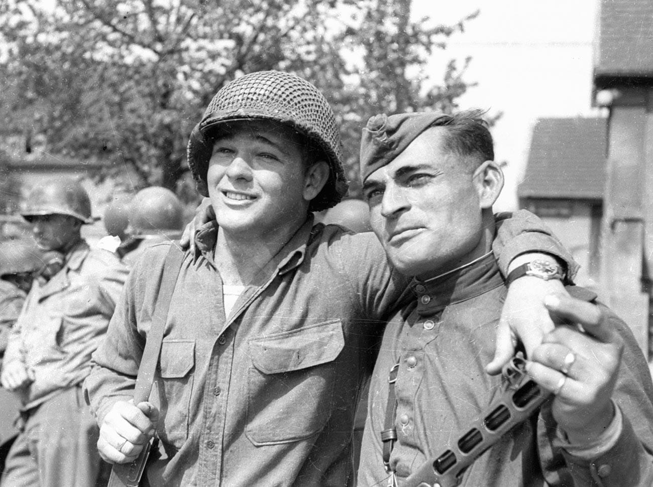 US-Soldat Byron Shiver und der Soldat der Roten Armee Iwan Numladse während des Zusammentreffens der amerikanischen und sowjetischen Truppen an der Elbe bei Torgau (Sachsen) am 25. April 1945.