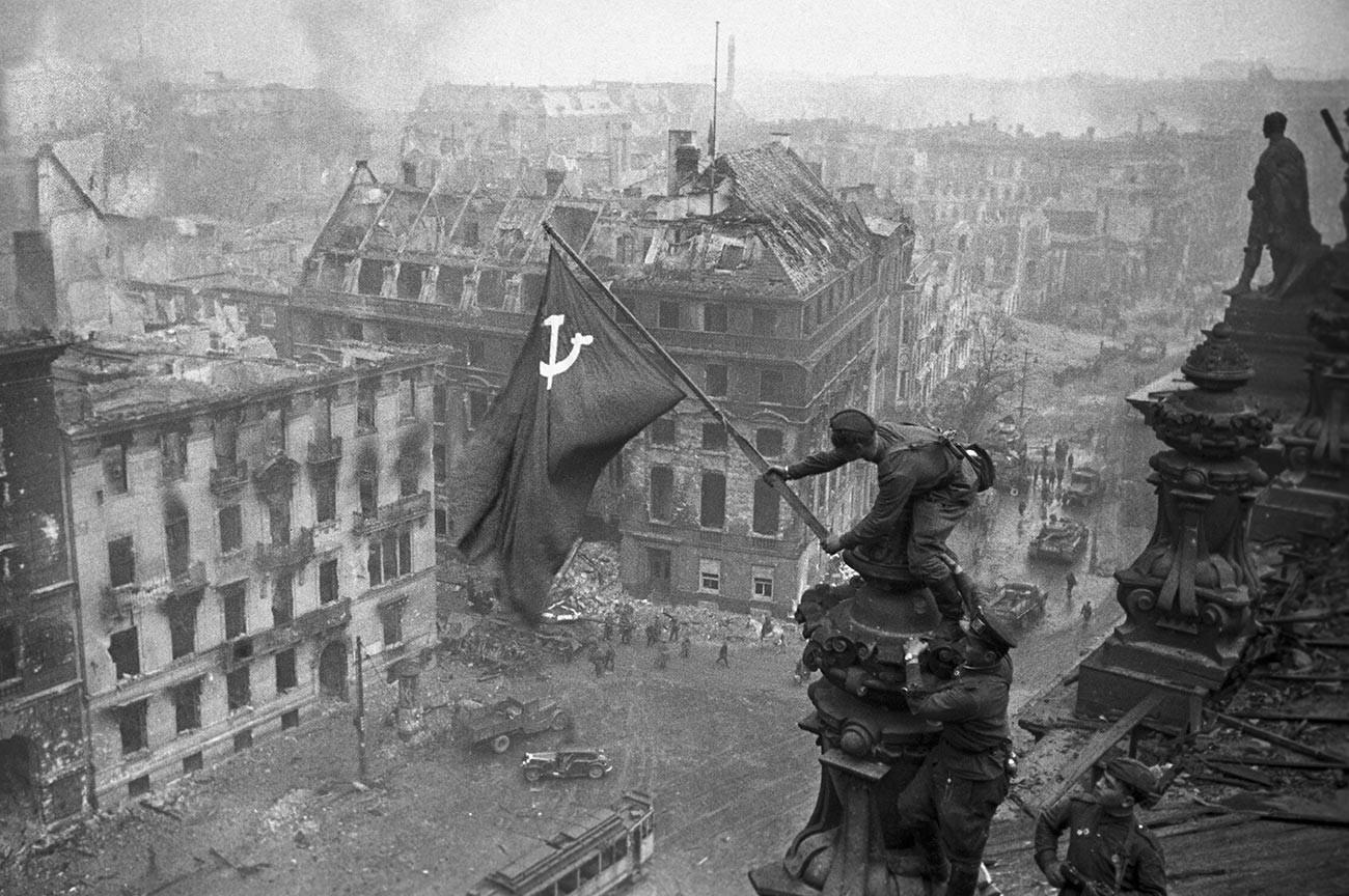 Die sowjetische Siegesfahne weht über dem Reichstag in Berlin am 1. Mai 1945.