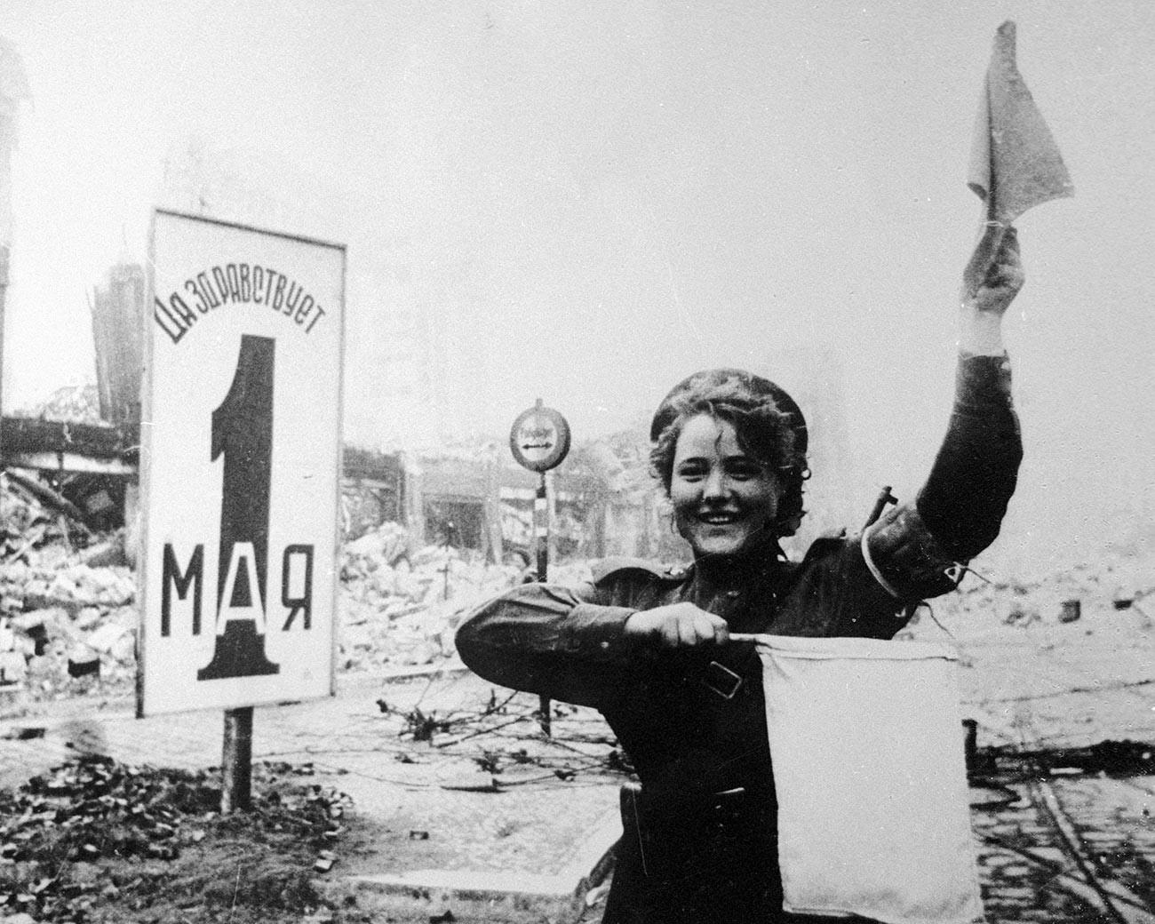 Militärverkehrspolizistin Maria Schalnewa auf dem Alexanderplatz in Berlin am 1. Mai 1945.