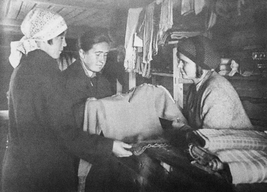 Frauen in einem Bekleidungs- und Stoffladen