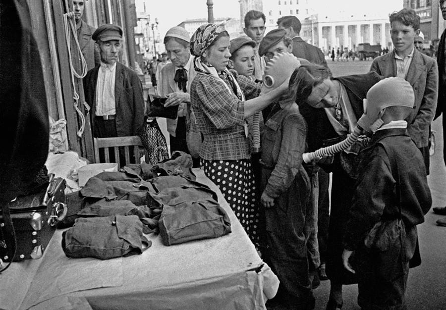 Verteilung von Gasmasken auf dem Majakowski-Platz (heute Triumfalnaja-Platz), 1941