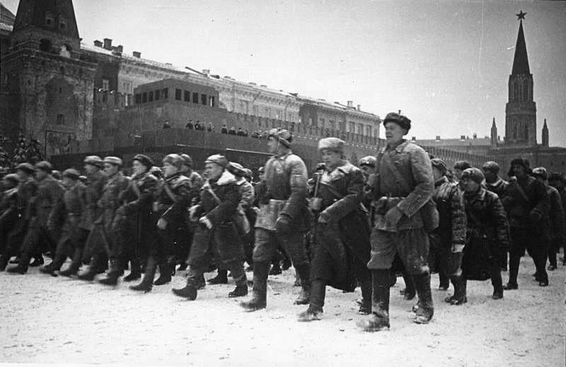Militärparade auf dem Roten Platz am 7. November 1941 anlässlich der Oktoberrevolution