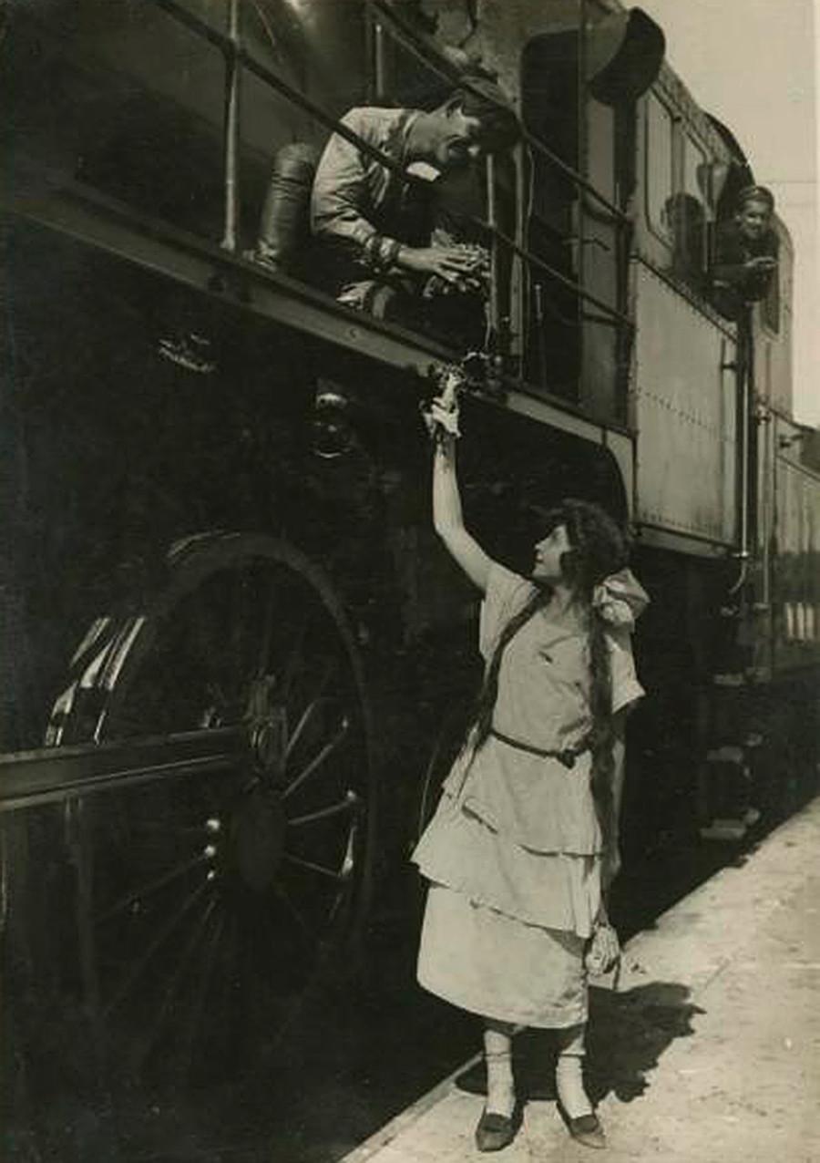 機関車運転士と女性