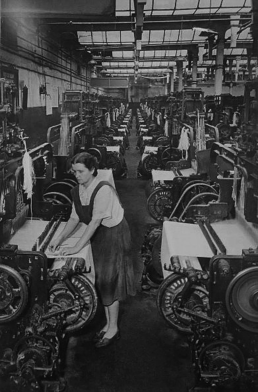 複数の作業台で仕事をする女性