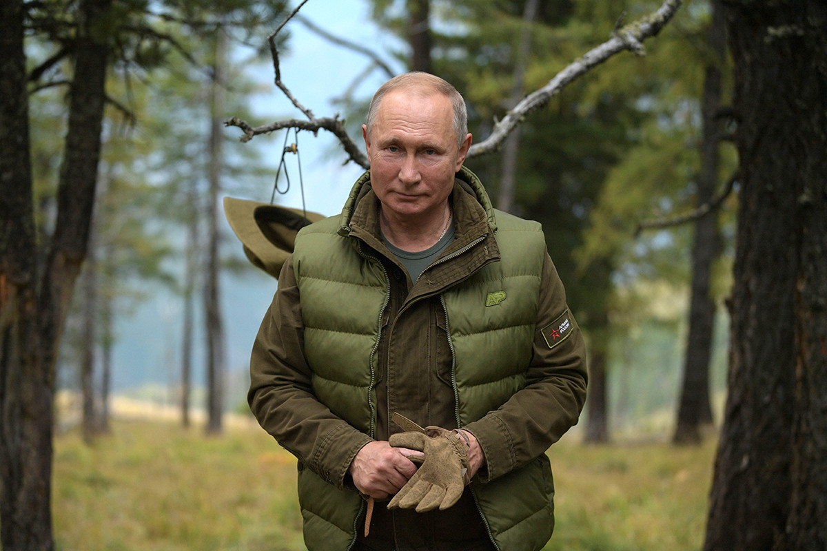 Vladimir Putin caçando na taiga.