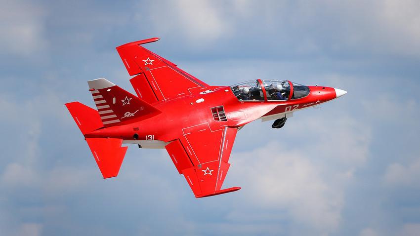 """Учебно-боен самолет Як-130 на тренировъчен полет в рамките на Международното авиоизложение """"МАКС 2013"""" в Жуковски"""