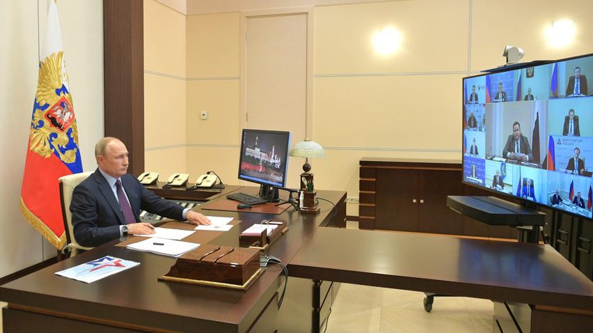 Presiden Vladimir Putin memimpin pertemuan membahas masalah sosial dan ekonomi melalui panggilan video di kediaman Novo-Ogaryovo, Moskovskaya oblast, Rusia, Rabu (6/5).