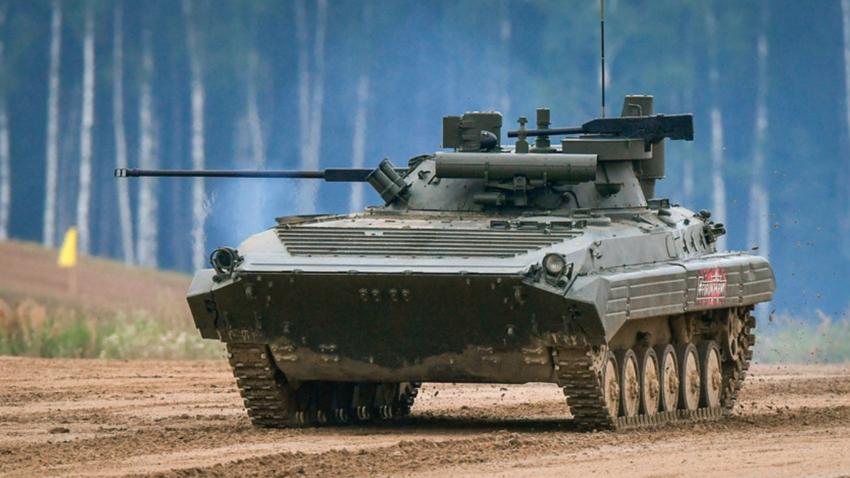 """Borbeno vozilo pješaštva BMP-2M s borbenim modulom """"Berežok"""" na demonstraciji mehaničkih i borbenih mogućnosti na poligonu Alabino u okviru Međunarodnog vojno-tehničkog foruma """"Armija 2019""""."""