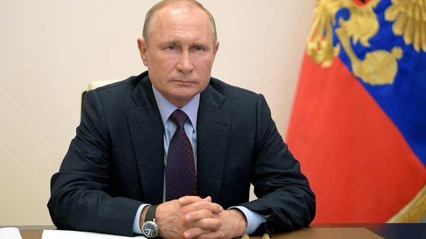 Ruski predsednik Vladimir Putin vodi sestanek o družbenih in gospodarskih zadevah preko videokonference s svoje rezidence Novo Ogarjovo blizu Moskve. 6. maja, 2020.