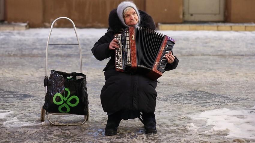 Glasbenica z bajanom na Nikolski ulici v Moskvi