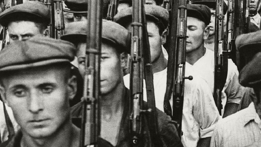 Работници на московски фабрики с пушки, 1941 г.
