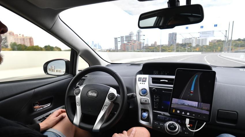 """Пътник в безпилотен лек автомобил """"Яндекс""""."""
