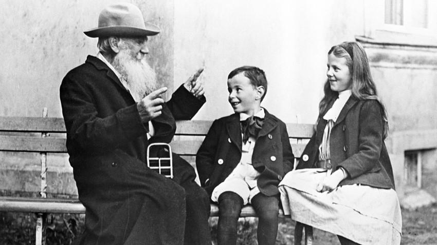 """Лев Николаевич разказва на внуците си """"Приказка за краставицата"""", 1909 г."""
