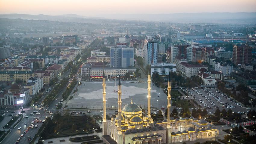 Pemandangan Masjid Akhmat-Kadyrov di pusat kota Grosny, ibu kota Republik Chechnya, Rusia.