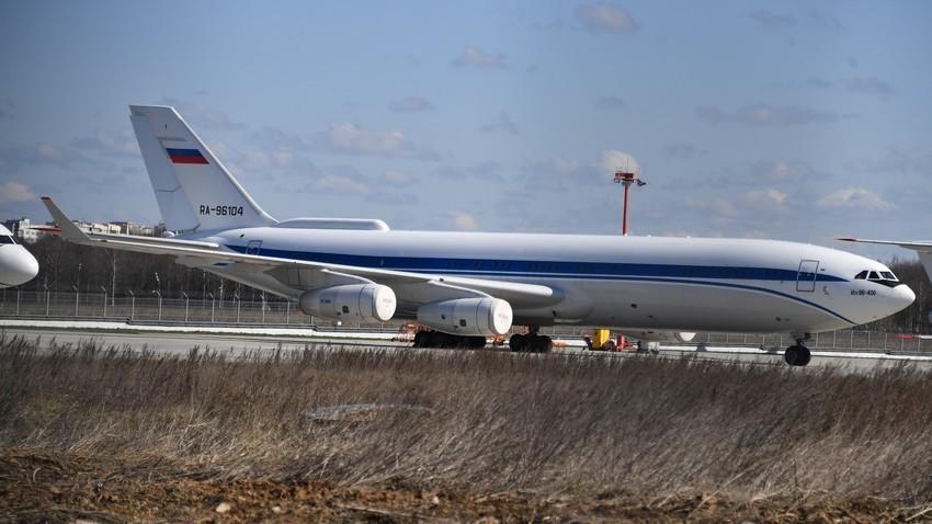 Ил-96-400 на територијата на меѓународниот аеродром Внуково, Москва.