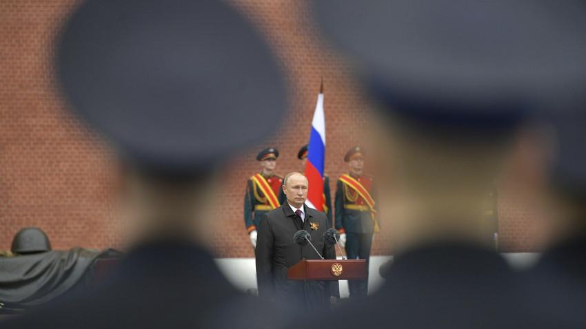 Presiden Rusia Vladimir Putin menyampaikan pidato peringatan 75 tahun kemenangan Tentara Merah atas Nazi Jerman dalam Perang Dunia II di Makam Prajurit Tanpa Nama di sepanjang tembok Kremlin, Moskow, 9 Mei 2020.