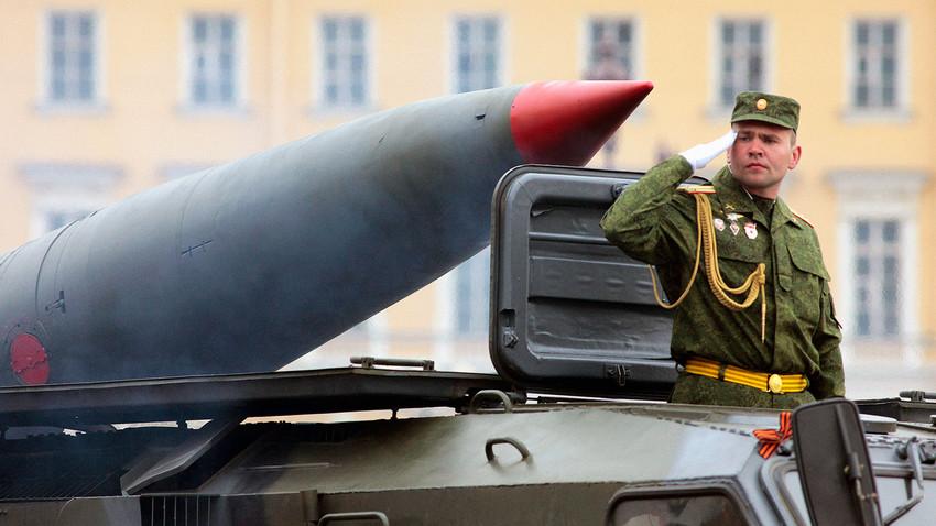 "Sistem rudal operasional taktis ""Tochka"" saat geladi resik parade Hari Kemenangan."
