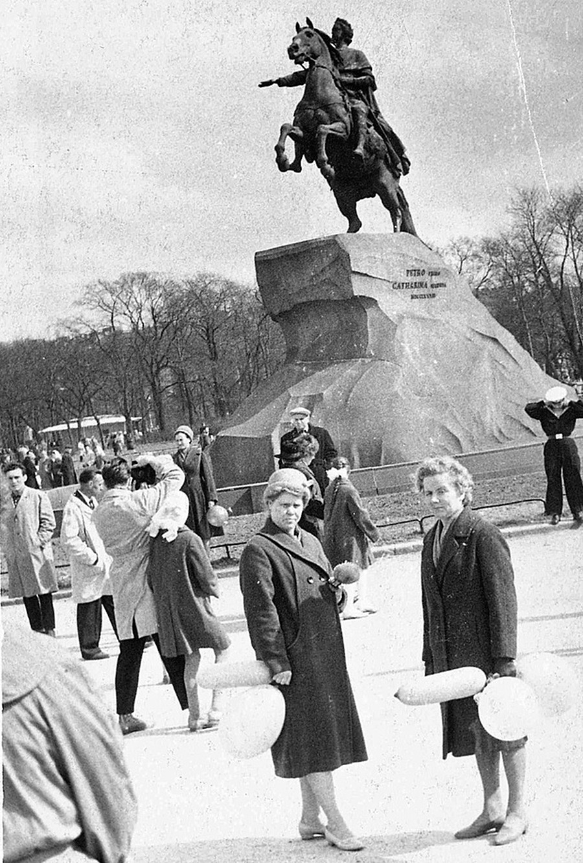 Près de la statue du Cavalier de Bronze, à Leningrad (actuelle Saint-Pétersbourg)