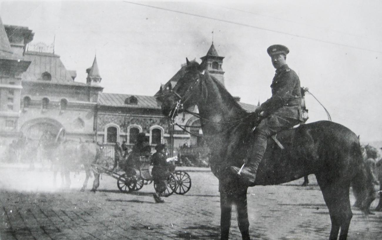 Un soldat canadien devant la gare