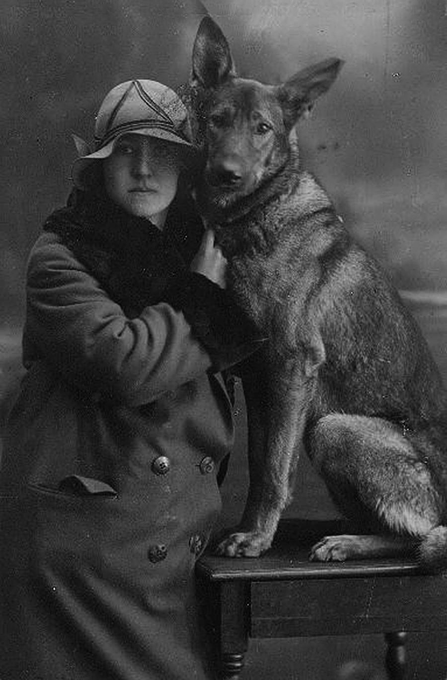 Seorang perempuan dengan seekor anjing.