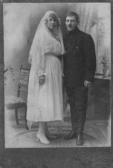 Sepasang pengantin baru berpose.