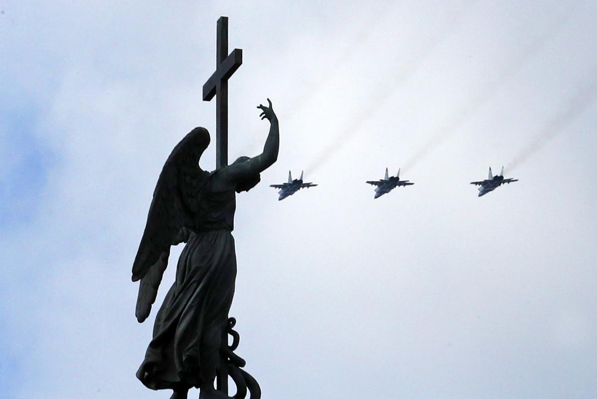 Os principais caças de combate da Rússia, o MiG-29, o So-30SM e o Su-35S, devem então iniciar a fase final do desfile aéreo.