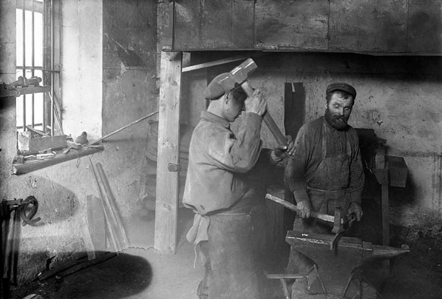 Kuznets berarti seorang pandai besi.