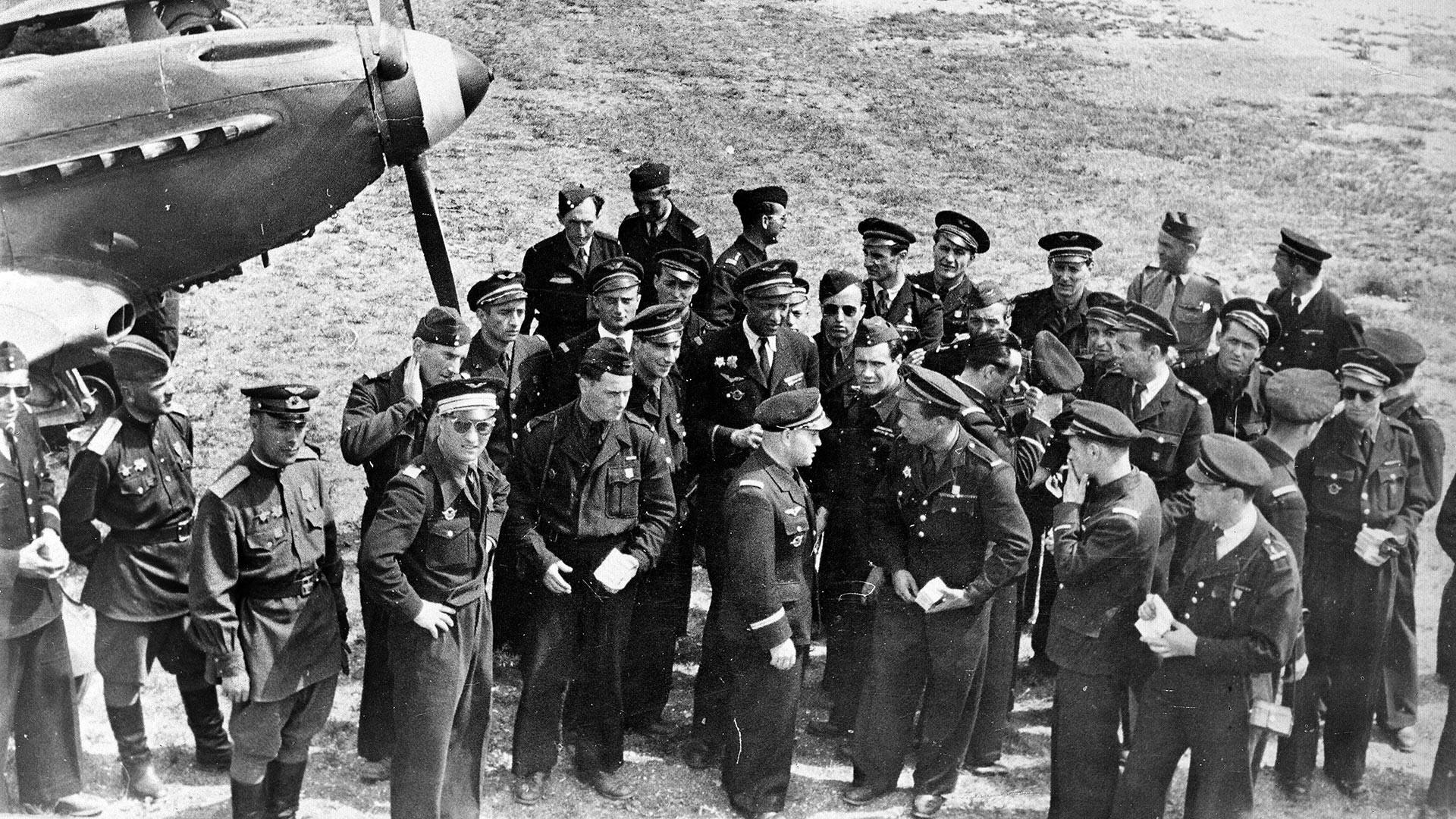 """Пилоти на полкот """"Нормандија-Неман""""."""