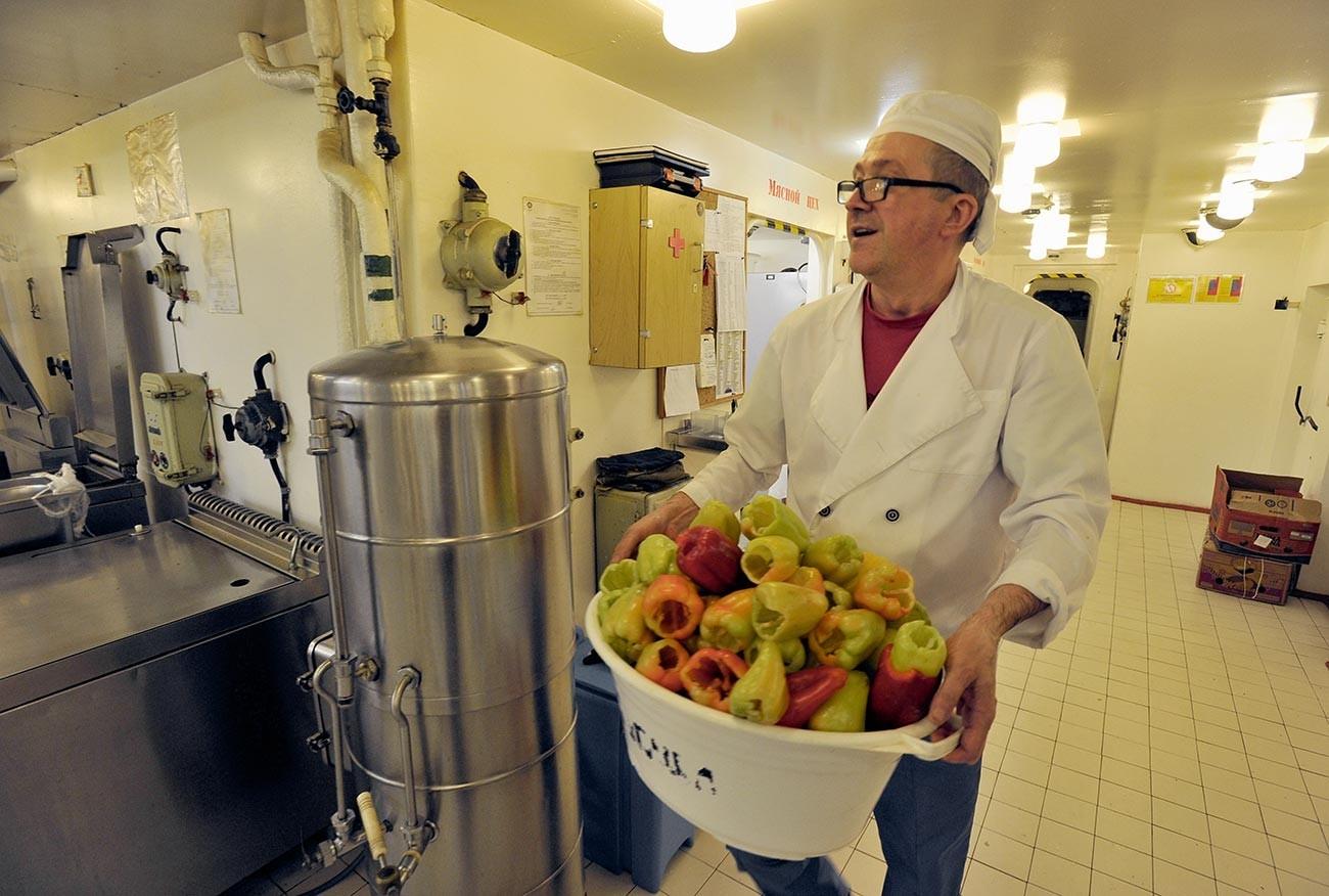 """Готвач во кујната на нуклеарниот мразокршач """"50 години од Победата"""" во Северниот леден океан."""