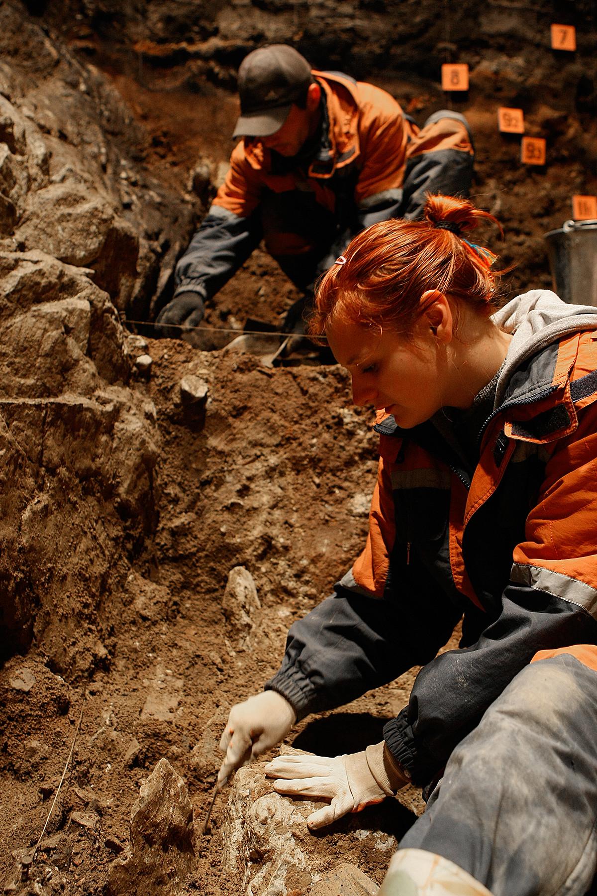 Los arqueólogos de la rama siberiana de la Academia Rusa de Ciencias en la cueva de Denisova