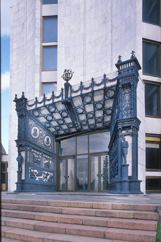 Cheliabinsk. Teatro Dramático Naum Orlov (1982). Entrada enmarcada con decoraciones de hierro fundido de Kasli. 12 de julio de 2003.