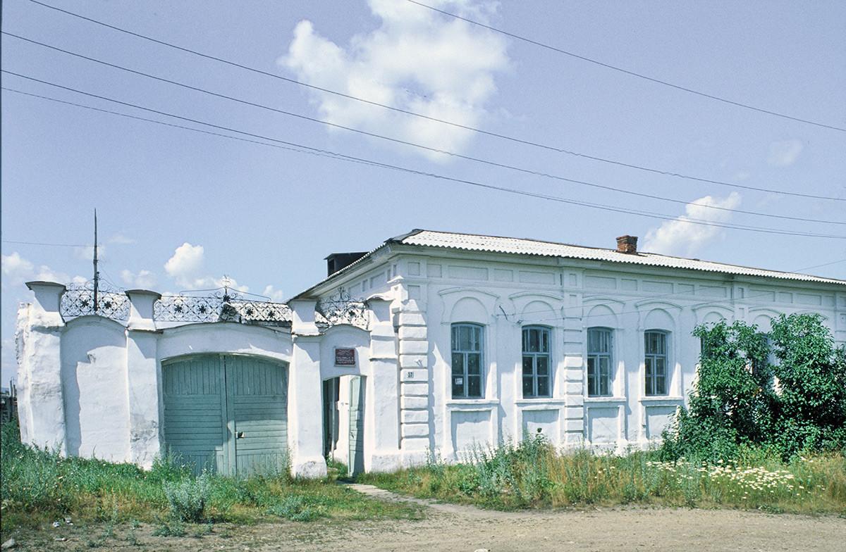 Kasli. Casa del pescadero Egor Trutnev. Construida en 1840. Puerta decorada con herrajes de Kasli. 14 de julio de 2003.