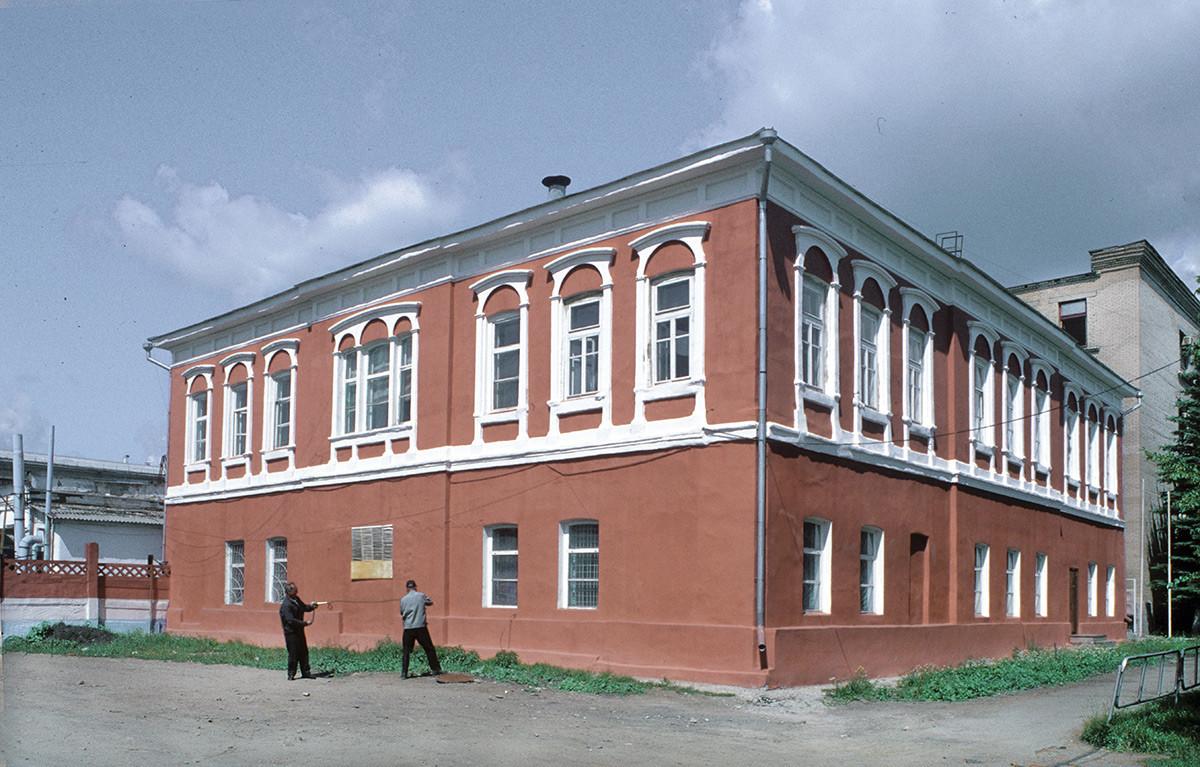 Oficina administrativa de la fábrica de Kasli. Al fondo, a la izquierda: talleres de la fábrica. 14 de julio de 2003.