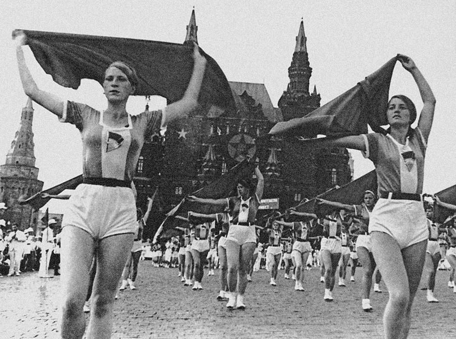 プラトークを掲げる女性たち。赤の広場でのスポーツパレード